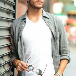 Гид по стилю: как правильно носить рубашку с футболкой. Советы и тонкости
